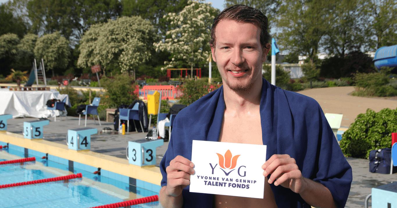 Yvonne van gennip talentfonds - prof open water zwemmer Lars Bottelier heeft een cheque in ontvangst mogen nemen voor zijn road to Parijs 2024. Hiermee gaat hij zijn nieuwe doelen behalen. De Olympische Spelen op de 10 km in 2024.